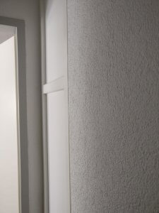 Spachtelputz op een witte muur
